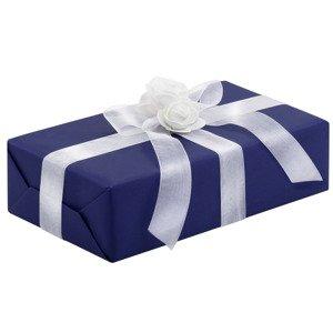 Ręczne pakowanie prezentu - niebieski papier z białą wstążką zdobiony kwiatkiem